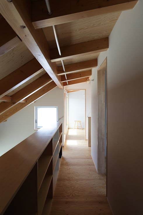2階廊下: 神成建築計画事務所が手掛けた廊下 & 玄関です。