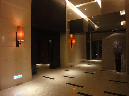 Wall Lamp:  走廊 & 玄關 by ABOON custom lightings