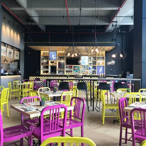 comedor principal: Locales gastronómicos de estilo  por Ecologik