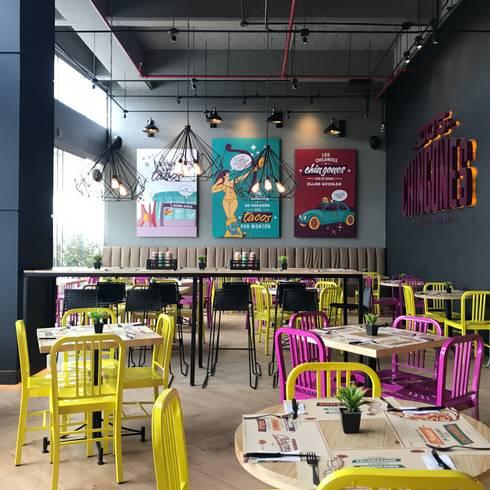 comedor principal, mesa comunal: Locales gastronómicos de estilo  por Ecologik