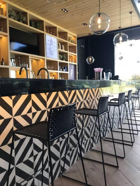 Barra de bar: Locales gastronómicos de estilo  por Ecologik