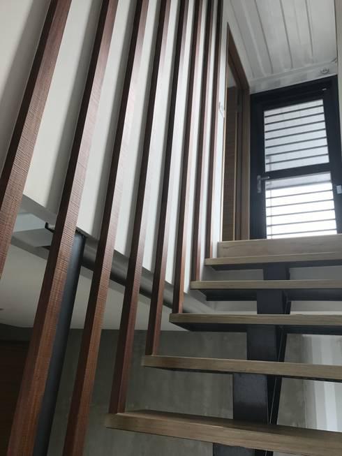 鹿谷貨櫃住宅:  走廊 & 玄關 by 石方室內裝修有限公司