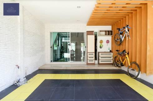 แปลงโฉมทาวน์โฮมธรรมดาให้อบอุ่น - โครงการ Vista Park พระราม5:   by BAANSOOK Design & Living Co., Ltd.