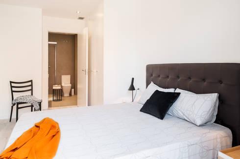 Dormitorio principal ensuite: Dormitorios de estilo moderno de Markham Stagers