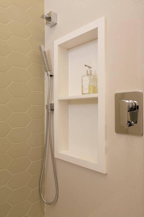 modern Bathroom by Paula Müller Arquitetura e Design de Interiores