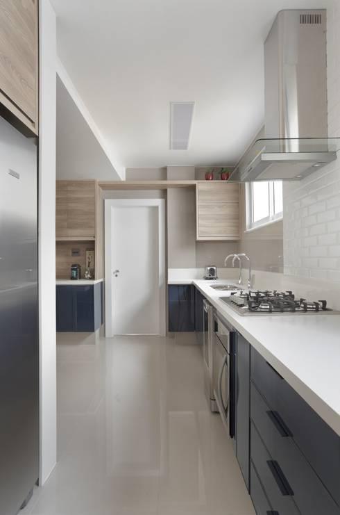 Kitchen units by Paula Müller Arquitetura e Design de Interiores