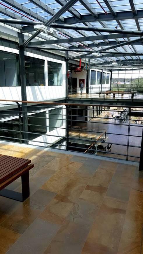Escuela de Ingenieros:  de estilo  por Ingenieria  En Diseño Arquitectónico