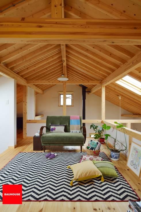 快適な小屋裏スペース: (株)バウハウスが手掛けたです。