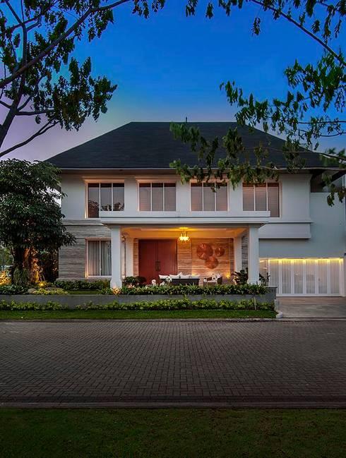 Cajuputi House:  Rumah by EIGHT IDEA