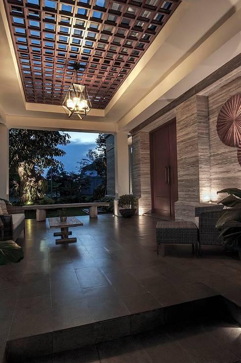 Cajuputi House:  Teras by EIGHT IDEA