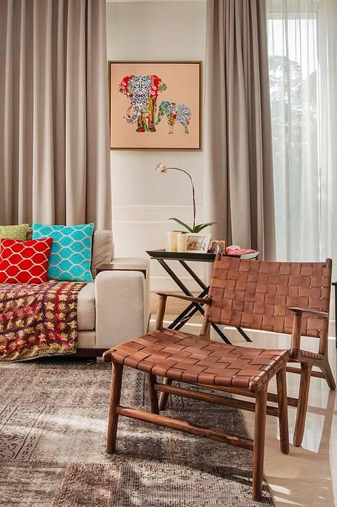 Cajuputi House:  Ruang Keluarga by EIGHT IDEA