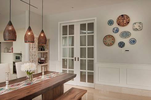 Cajuputi House:  Ruang Makan by EIGHT IDEA