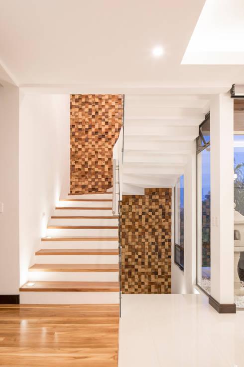 Projekty,  Korytarz, przedpokój zaprojektowane przez J-M arquitectura
