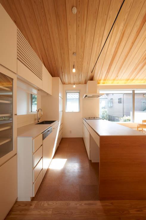 田園調布の家: アトリエモノゴト 一級建築士事務所が手掛けたキッチンです。
