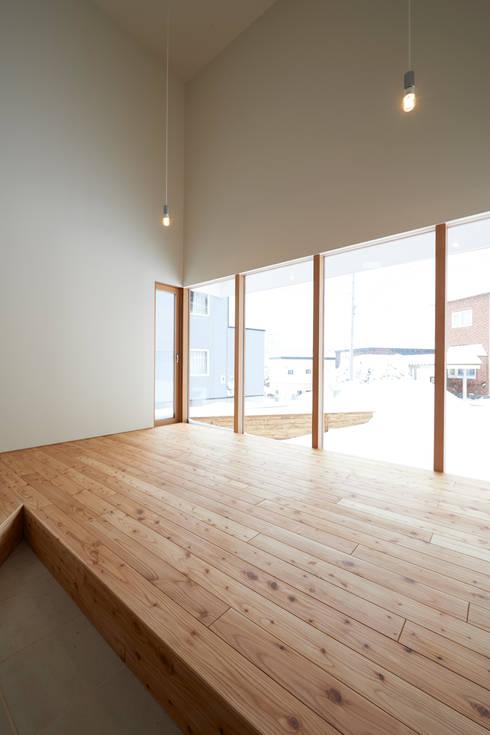 やじるしの家: アトリエモノゴト 一級建築士事務所が手掛けたサンルームです。