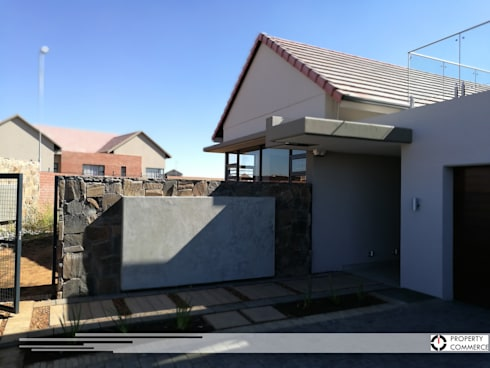 Main entrance:  Single family home by Property Commerce Architects