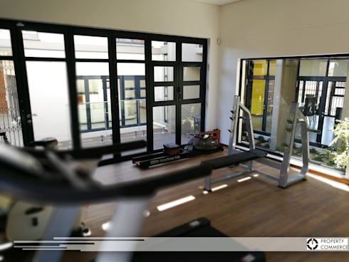 Indoor gym: modern Gym by Property Commerce Architects