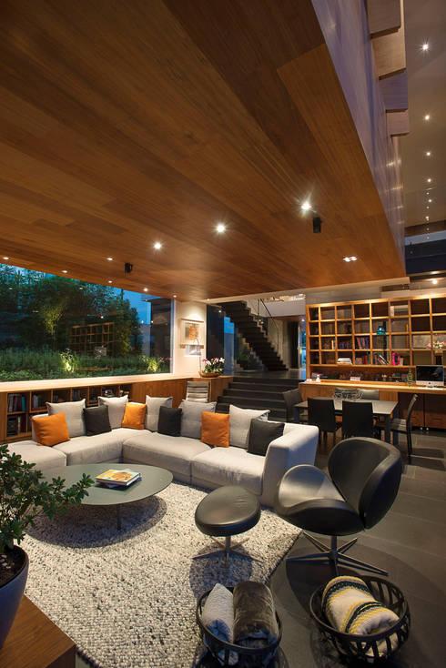 Casa Coco - Serrano Monjaraz Arquitectos: Salas de estilo  por Serrano Monjaraz Arquitectos