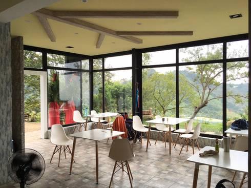山坡地私人會館更改建造設計裝潢:  餐廳 by 登品空間規劃工程有限公司