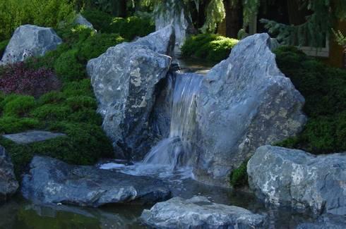 Moosgarten mit Teich und Wasserfall in Gießen:   von japan-garten-kultur