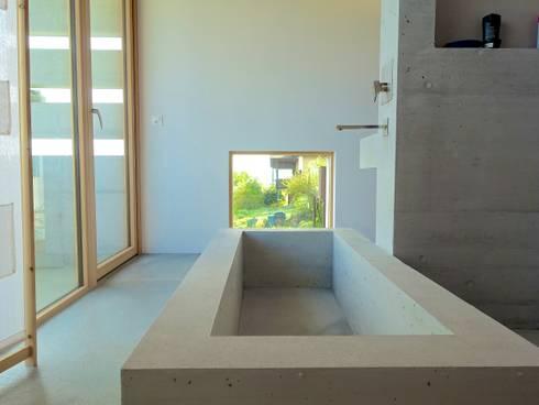 Betonbad 1 - Foto by zeitwerkstatt: minimalistische Badezimmer von zeitwerkstatt gmbh
