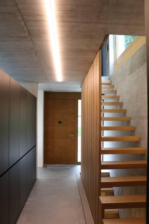 Corridor & hallway by zeitwerkstatt gmbh