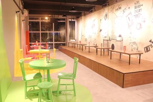 90's Flashback Cafe:  Restoran by TIES Design & Build