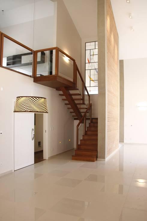 Corridor & hallway by Fernanda Quelhas Arquitetura
