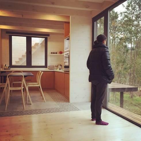 CASA TUCA: Livings de estilo minimalista por ERKSTUDIO