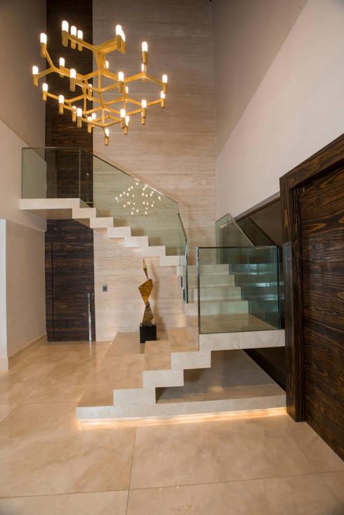 Corridor & hallway by Danielle Valente Arquitetura e Interiores