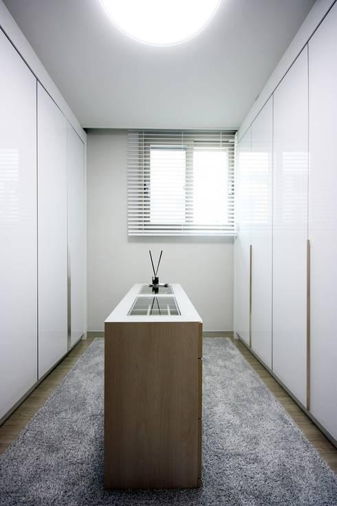 김포 32평 시공을 최소화한 새아파트 홈스타일링: homelatte의  드레스 룸