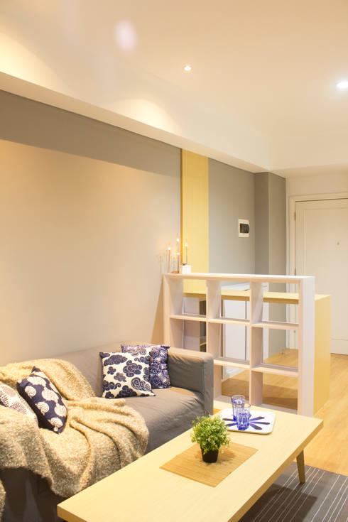 Living Room:  Ruang Keluarga by TIES
