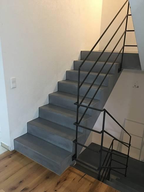 Sichtbeton Treppenanlage:  Flur & Diele von Traumraum&beton DESIGN by NONNAST