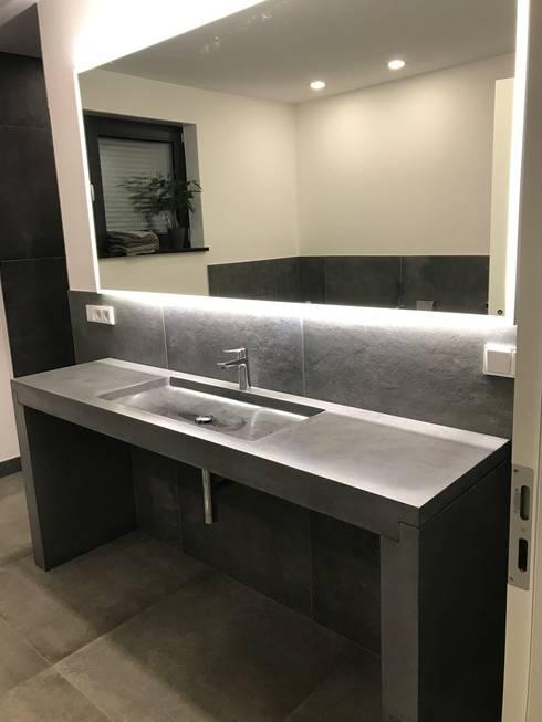 Betonwaschtisch: moderne Badezimmer von Traumraum&beton DESIGN by NONNAST