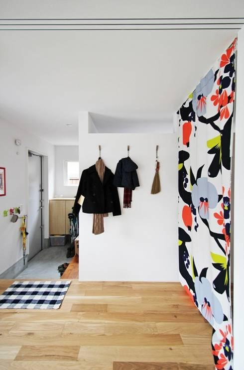 玄関とLDKをふんわり間仕切るファブリック: タイコーアーキテクトが手掛けた廊下 & 玄関です。