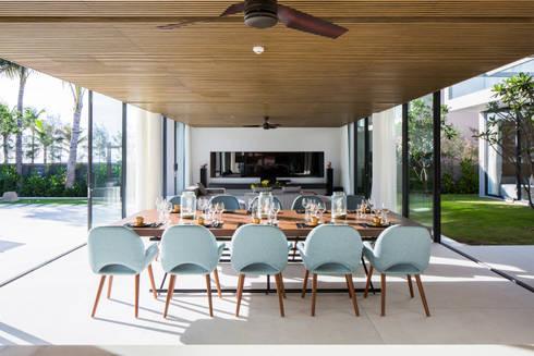 Naman Residences – Beachfront Villa:  Khách sạn by MIA Design Studio