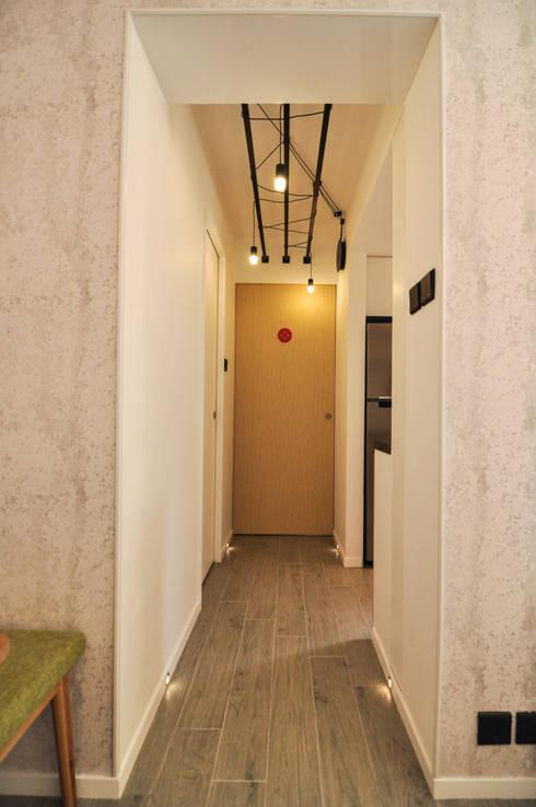 Corridor, hallway & stairs تنفيذ homify