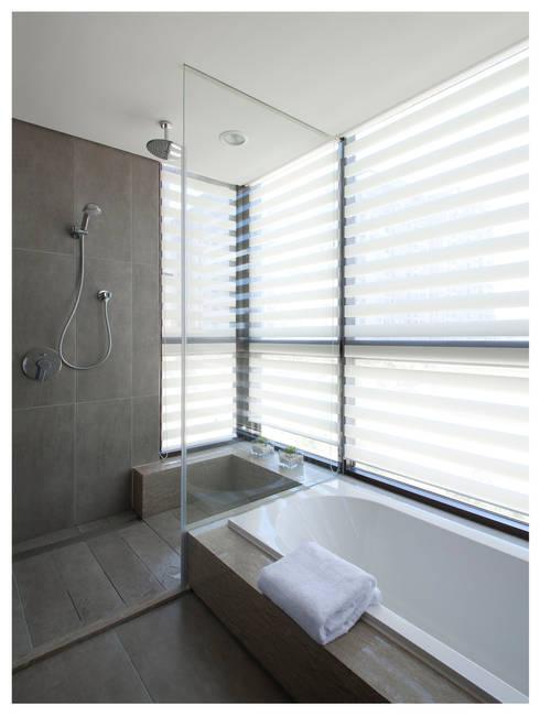 名人雅仕(住宅設計案 2013):  浴室 by 北歐制作室內設計