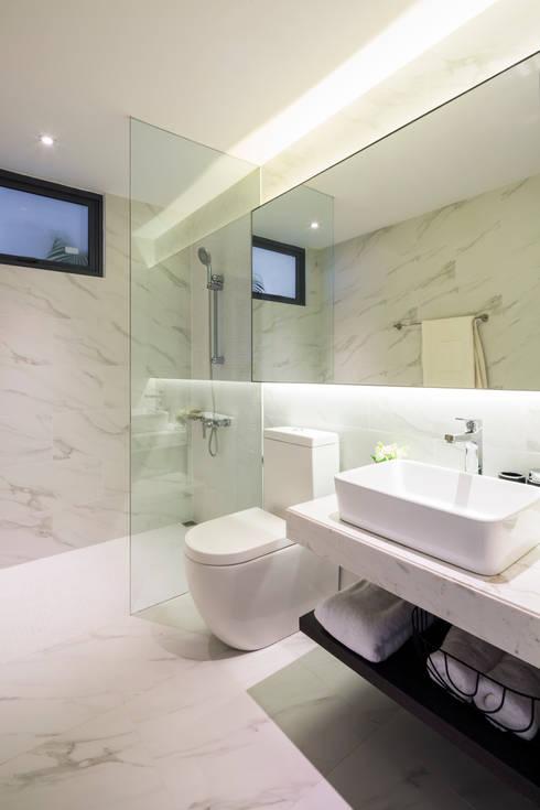 Palm Heights:  Phòng tắm by MIA Design Studio