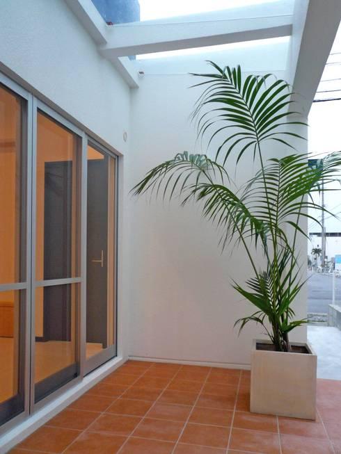 南側共有テラス: 株式会社青空設計が手掛けた一戸建て住宅です。