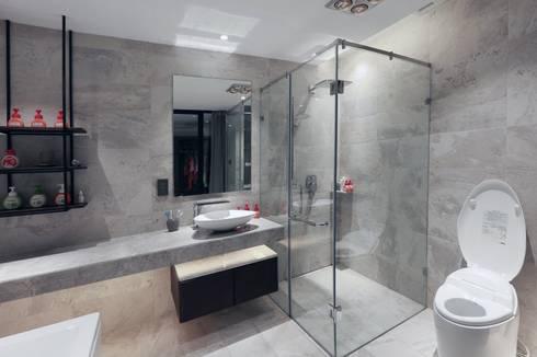 Cửa Kính và Cầu thang Kính:  Phòng tắm by TNHH XDNT&TM Hoàng Lâm