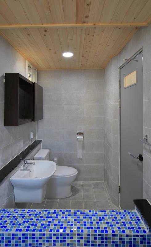 수원 단독주택: 건축그룹 [tam]의  욕실