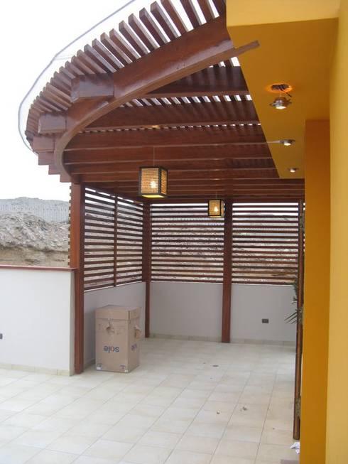 Casa D Santiago de Surco: Terrazas de estilo  por Arquitotal SAC