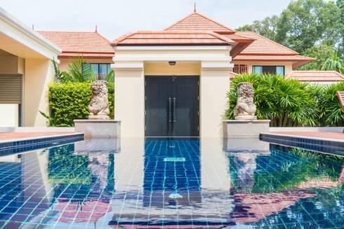 Elegant Hotel: country Living room by Bakti Architect
