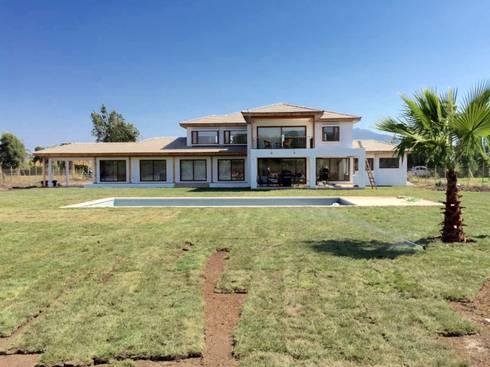 Casa Don Ladislao: Casas de estilo colonial por AtelierStudio