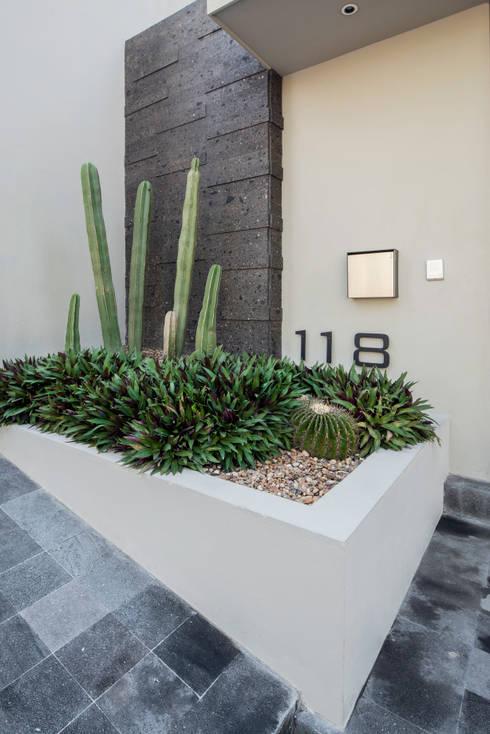 ACCESO: Jardines de estilo moderno por Rousseau Arquitectos