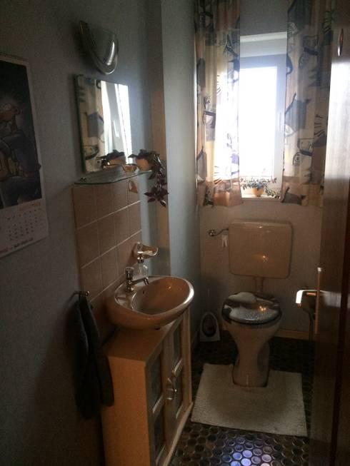 Wc vor der Renovierung: moderne Badezimmer von Hofele Stuckateur und Maler-Betrieb