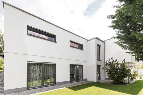 Moderne Flachdachvilla im Bauhausstil mit architektonischen ...