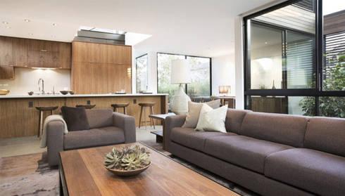 Bima Residence:  Ruang Keluarga by Budi Setiawan Design Studio