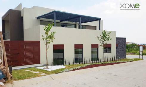 FACHADA PONIENTE : Casas de estilo moderno por Xome Arquitectos